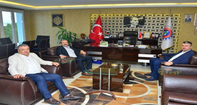 Başkanımız Mustafa Uslu, Akkuş Belediye Başkanı İsa Demirci, Ticaret Odası Başkanı İrfan Akar biraraya gelerek istişarede bulundular.
